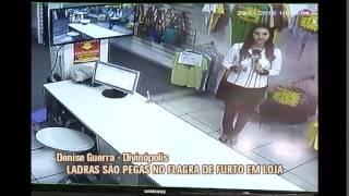 Mulheres s�o flagradas roubando roupas em loja de Divin�polis
