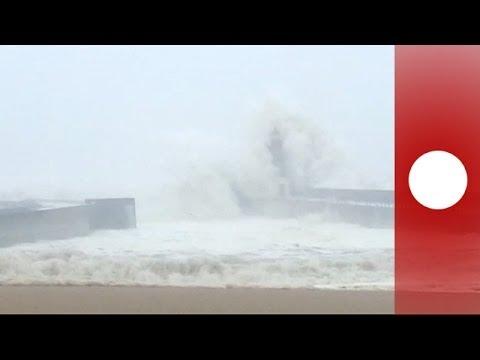 الأمواج تهاجم المدن البرتغالية