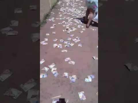 Vídeo Vídeo: Candidatos sujam escolas com propaganda eleitoral