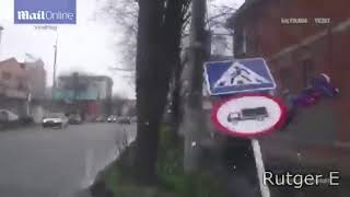 Accidente contra señal de tráfico