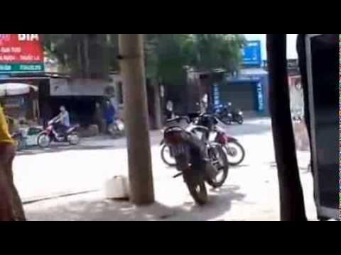Bị bắt xe thanh niên rượt đánh nhau với cảnh sát giao thông.