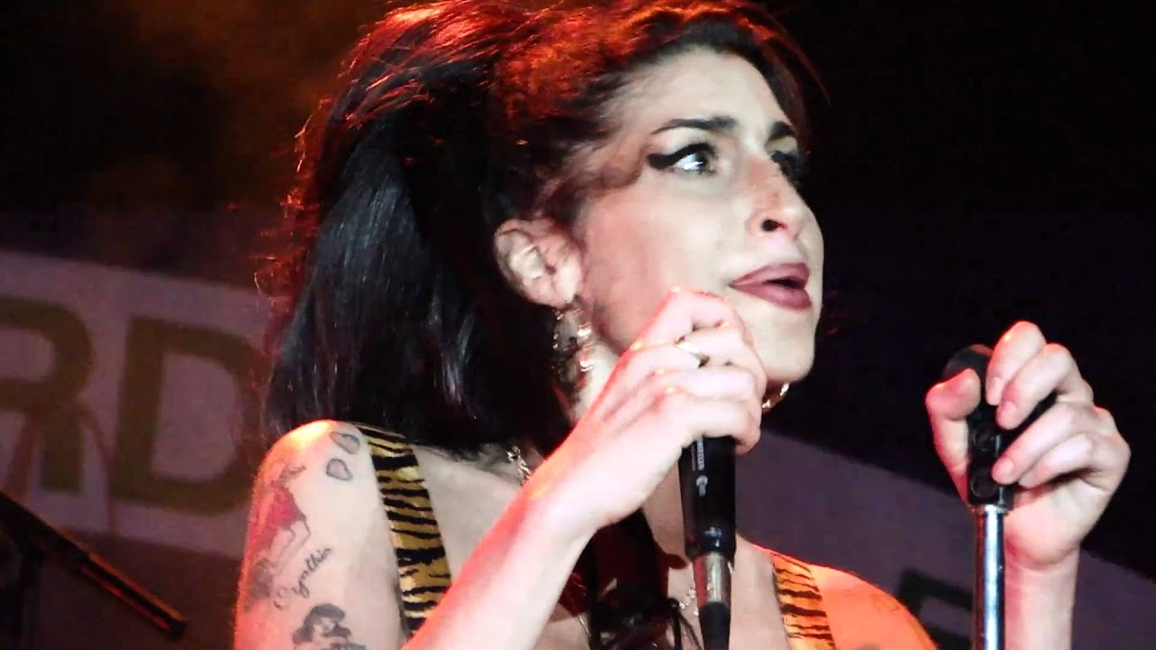 AMY WINEHOUSE - LIVE IN RIO - Valerie - YouTube Amy Winehouse Valerie