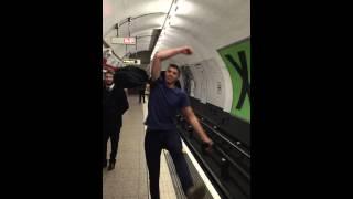 Jogo de ping-pong sonoro no metrô em Londres