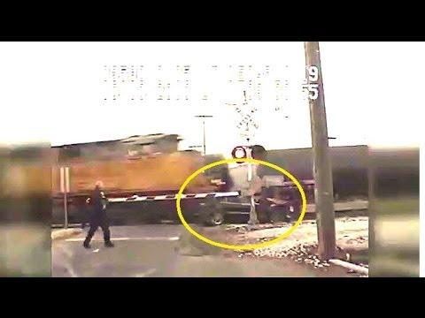 Samochód uderzony przez 2 pociągi