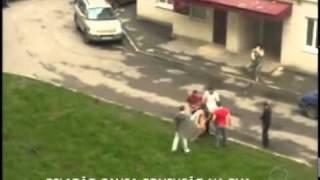 Peladão surta e sai pulando em cima de carros na rua