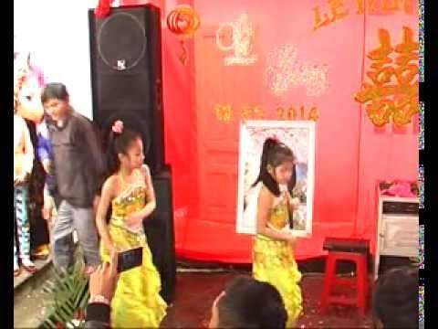 Hà Trang và Phương Mai múa bài con bướm xinh
