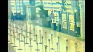 Dois alemães foram detidos na tarde dessa segunda-feira, 14, no Aeroporto Internacional de Guarulhos, depois de furtar uma estátua de bronze estimada em R$ 25 mil da exposição que ocorre no saguão do Terminal 3. De acordo com os homens, eles estariam levando uma lembrança da Copa do Mundo.
