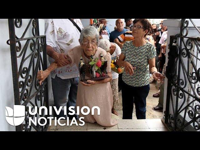 VIRAL: Descalza y de rodillas, así celebra esta puertorriqueña el Día de Reyes desde hace décadas