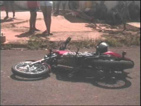 Mulher de 26 anos morre ao colidir moto em Kombi, em Ituiutaba