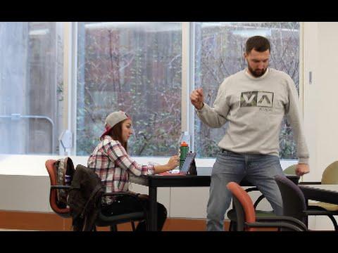 Студент прави финти во библиотеката на Универзитетот на Јута