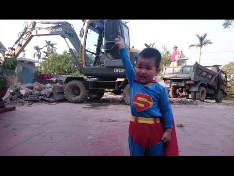 Siêu nhân super man xem máy xúc phá,dỡ nhà - Superman watch excavator working