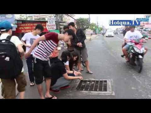 Giăng câu bắt cá trên nắp cống đường phố Sài Gòn - Hotqua.TV