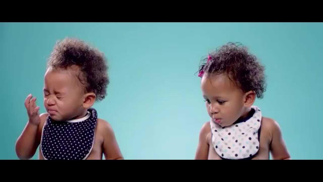 Bébés qui mangent du citron pour la première fois au ralenti
