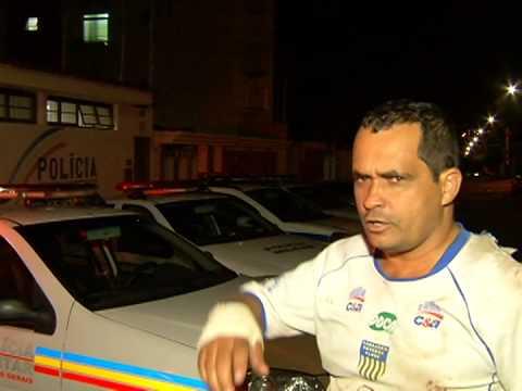 Motociclista suspeito de embriaguez bate em viatura policial