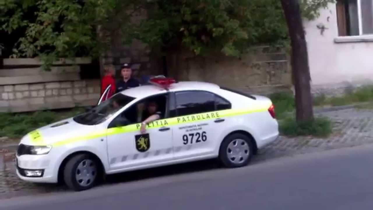 Poliția patrulare pescuiește lîngă sediul socialiștilor