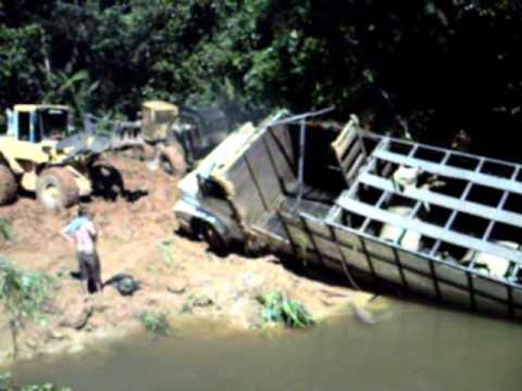 Caminhão boiadeiro (RAMAL DO BOI ) sendo resgatado