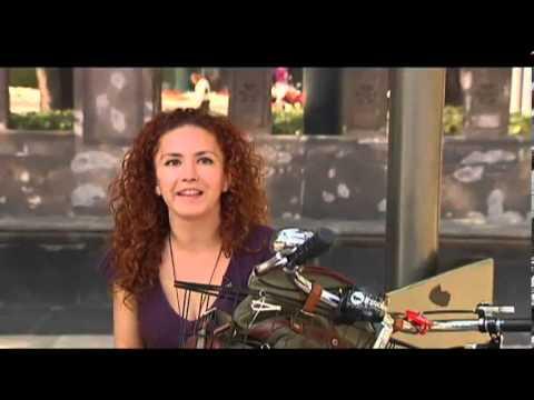 Mujeres insolentes pedalean en tacones