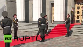 بالفيديو ..لحظة سقوط جندي حرس الشرف امام الرئيس الاوكراني الجديد | قنوات أخرى