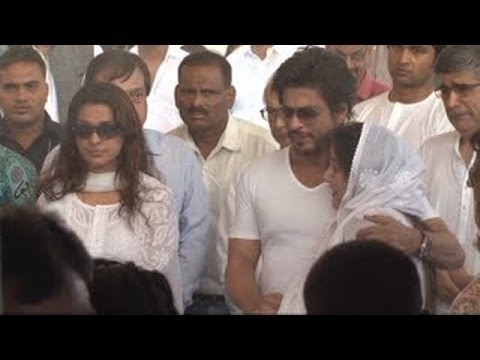 Shahrukh Khan at the FUNERAL of Juhi Chawla's Brother Bobby Chawla.