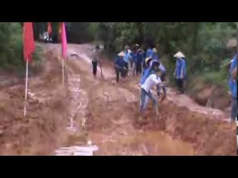 VIDEO HỌC SINH LAO ĐỘNG SỬA ĐƯỜNG TRƯỜNG THPT TỨ SƠN