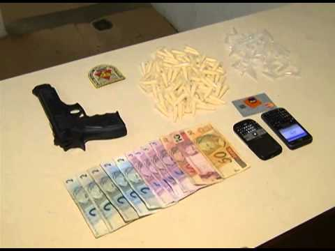 PM prende quatro pessoas com pinos de cocaína e réplica de arma de fogo