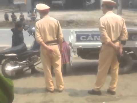 Cảnh sát giao thông bất lực trước người H'Mông căng cực