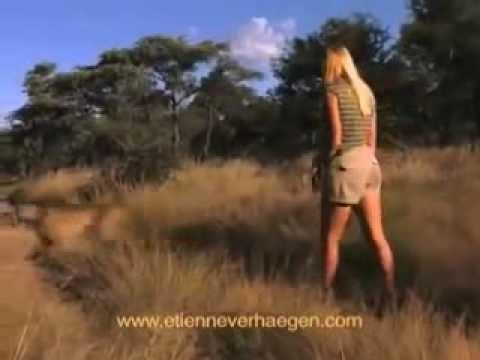 Cô gái xinh đẹp lớn lên cùng sư tử và chơi đùa với báo đốm