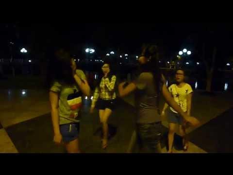 Nử sinh đánh nhau ở công viên Long Xuyên