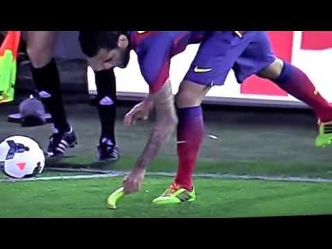 Dani Alves eet banaan bij Villarreal - Barcelona 27-04-2014