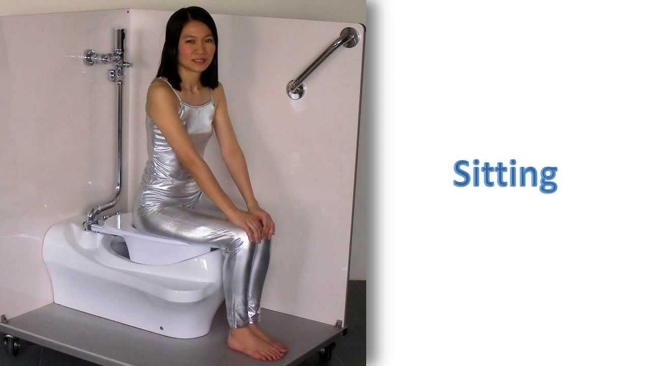 femme en talon fait caca sur ses toilettes sur
