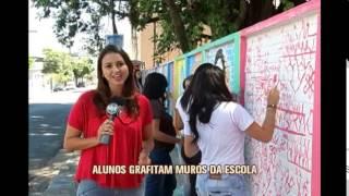 Alunos de Divin�polis grafitam muro e mudam visual de escola