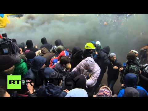 Video: Protesters throw fireworks & stones at police amid massive protests in Kiev