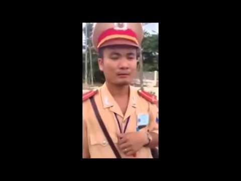 Cảnh sát giao thông bị tài xế vạch mặt ăn hối lộ phải chạy theo xin lỗi