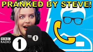"""""""How do you know THAT!?"""": Anne-Marie PRANKED by Superfan Steve"""