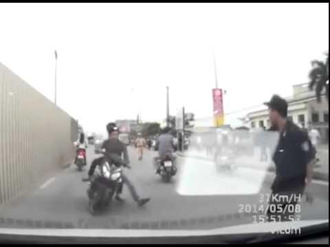 Quái xế chạy xe đầu trần, đâm cảnh sát cơ động