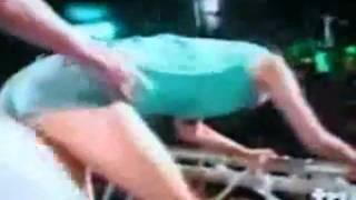Mujer cae del escenario