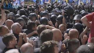 Біля Київради почалися сутички: депутати лізуть у приміщення через вікна