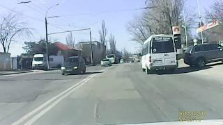 Conduce arogant mașina scumpă și face un accident banal