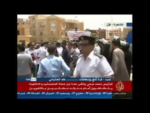 """مرسي"""" يوقف موكبه للاستماع إلى مطالب متظاهرين أمام منزله"""
