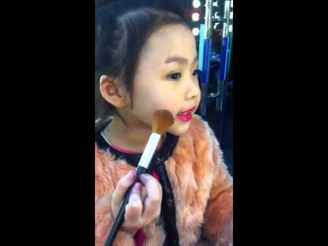 Bé 4 Tuổi Make Up Siêu Hơn Người Lớn^^