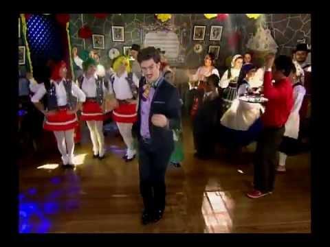 Tomás Ferraz canta no clipe