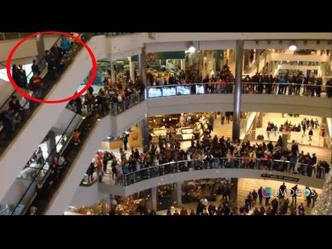 Un hombre lanzó 1,000 billetes de un dólar en un centro comercial -- Exclusivo Online