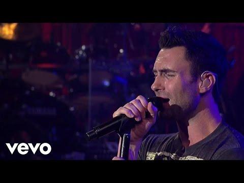 Смотреть клип Maroon 5 - Makes Me Wonder