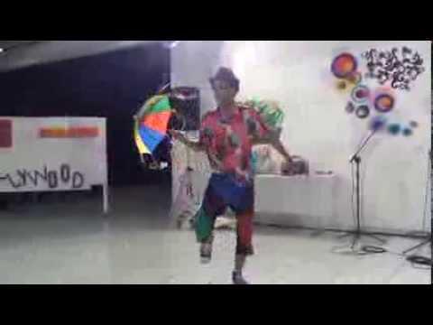 Leo Oliveira dançando