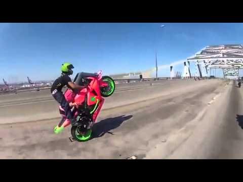 Đôi trai gái trình diễn môtô mạo hiểm