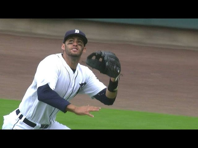 CLE@DET: J.D. Martinez runs down ball in right field