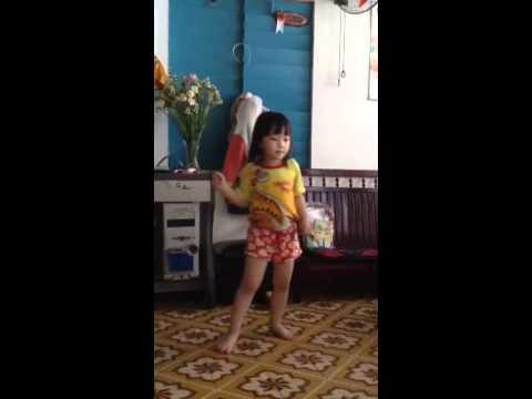 Bé gái nhảy Chia tay Anh không đòi quà quá pro