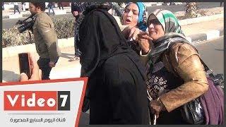 بالفيديو.. سيدة تحاول خلع نقاب إخوانية بعد الاشتباه فيها أمام أكاديمية الشرطة | زووم