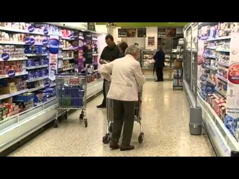 Savvy shoppers hit Tesco sales (1:39)