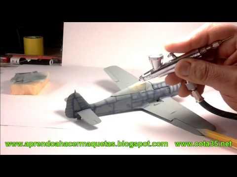 Pintura de efectos de camuflaje con aerógrafo en un avión Fw190. Maqueta a escala 1/48